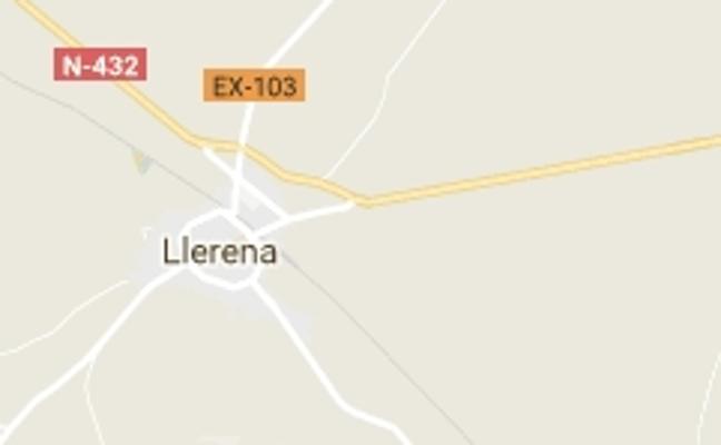 Una mujer resulta herida tras volcar su coche cerca de Llerena