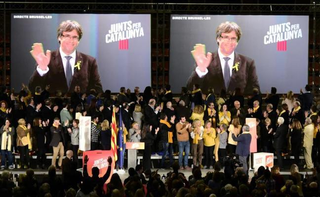 Puigdemont defiende la escuela: «Lo que no venció el franquismo no lo vencerá el 155»