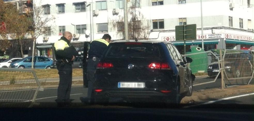 Un vehículo colisiona contra la valla de Avenida de Alemania en Cáceres