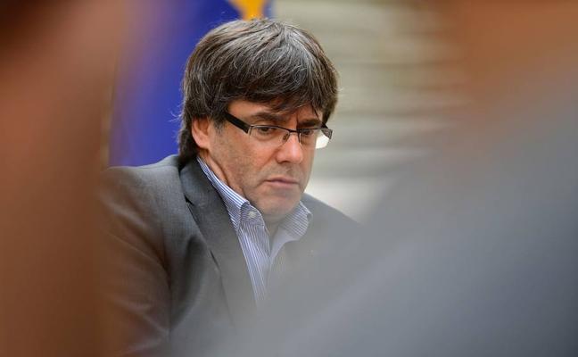 Puigdemont acusa a Sáenz de Santamaría «pasarse por el forro» la separación de poderes