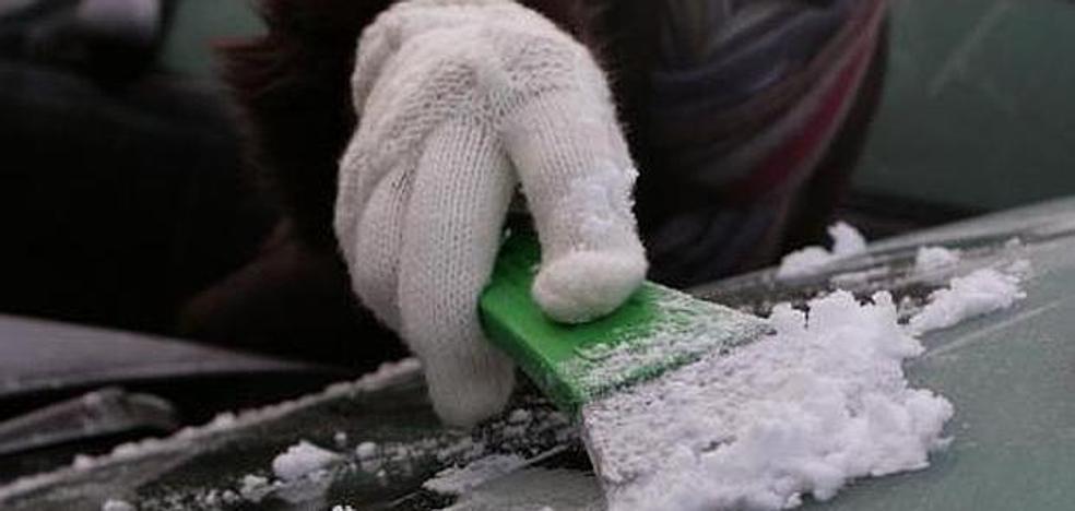 Cómo hay que quitar (y cómo no) el hielo del parabrisas