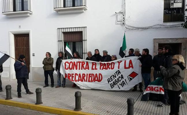 Miembros de Campamentos Dignidad de Extremadura protestan ante la casa de Vara en Olivenza
