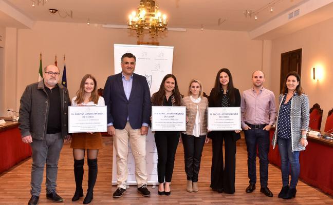 Coria premia con mil euros a tres alumnas por sus expedientes académicos