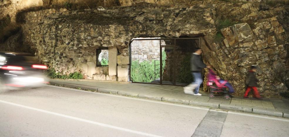 Cáceres coloca una verja en el aljibe de Los Pozos