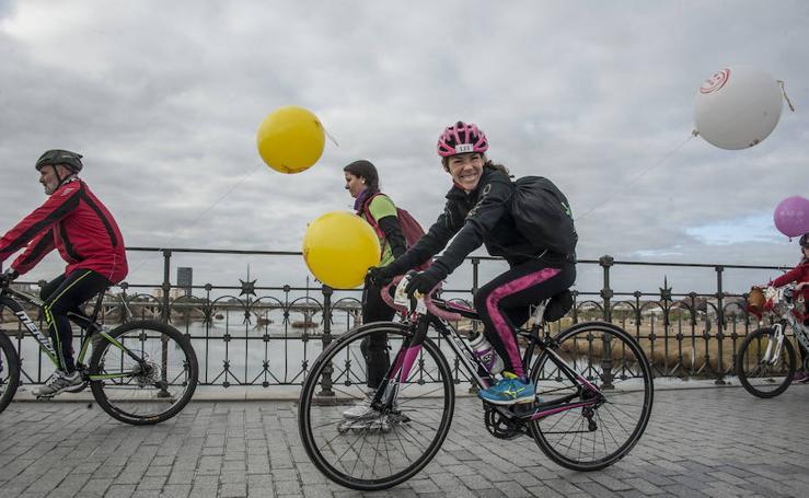 Niños y mayores disfrutan de la séptima ciclocabalgata
