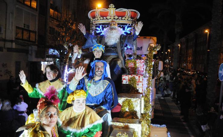 La lluvia respeta a los Reyes Magos en sus cabalgatas del jueves