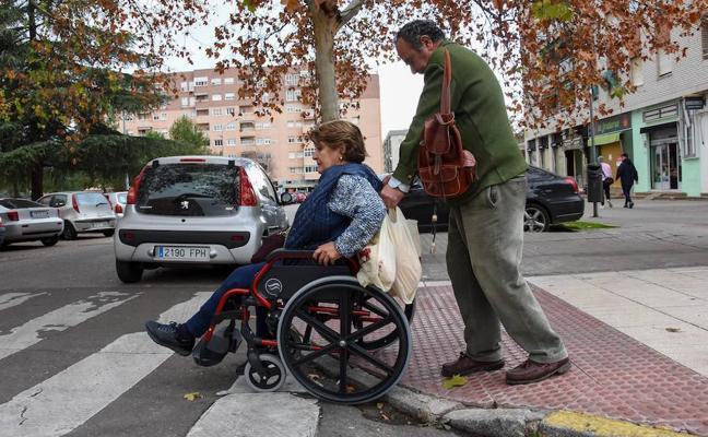 Apamex pide la reparación de 200 defectos que impiden el paso de discapacitados en Badajoz