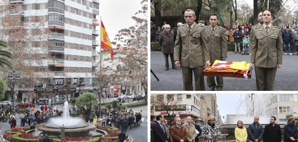 El centro de Cáceres estrena la bandera más grande de la ciudad