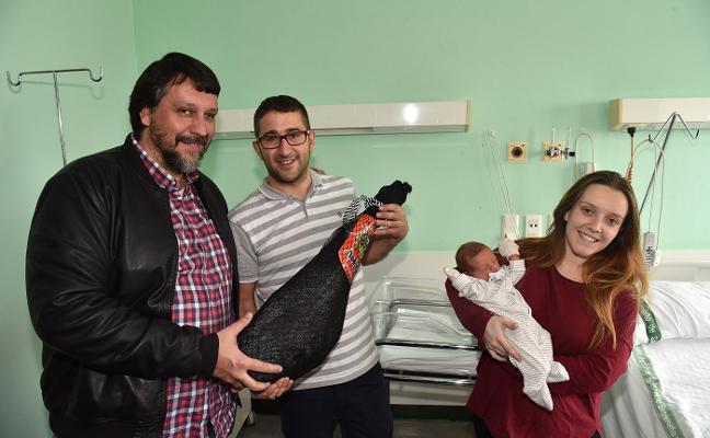 Dylan, el primer bebé extremeño de 2018, ya tiene su jamón 'pata negra'