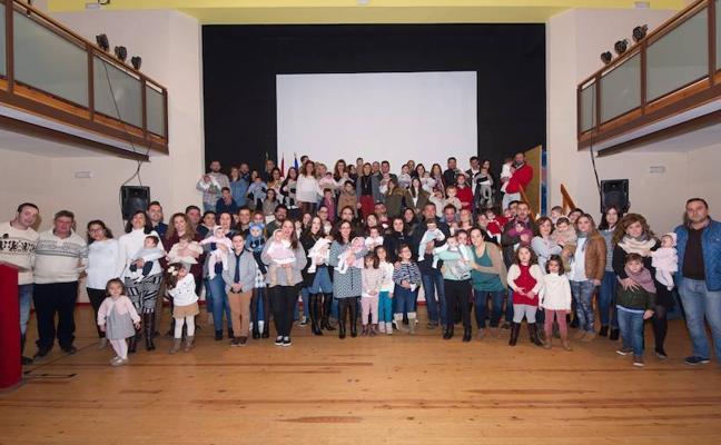 Bienvenida oficial a los niños nacidos en Arroyo de la Luz en 2017