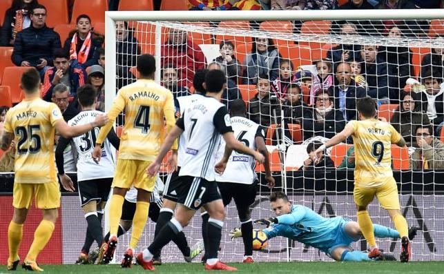 El Valencia remonta para mantenerle el pulso a la Liga