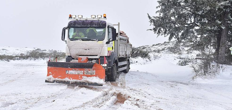 Rutas escolares afectadas y cinco carreteras cortadas por la nieve