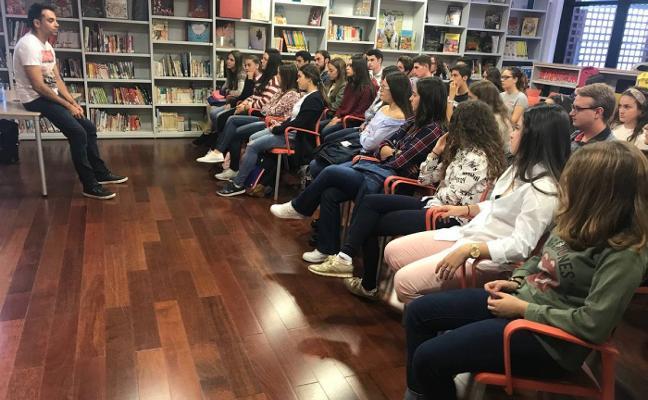 El escritor Mario Peloche vuelve a la biblioteca para presentar 'Ojos negros sobre el Támesis'