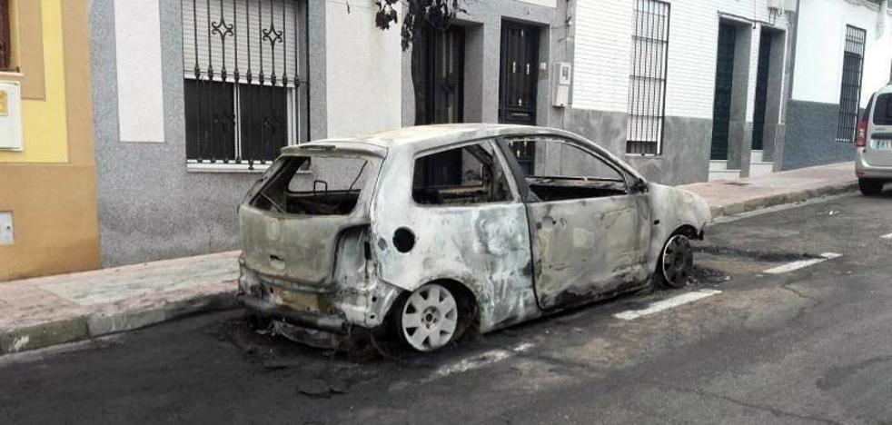 Sale ardiendo un vehículo en la calle José de Espronceda de Mérida