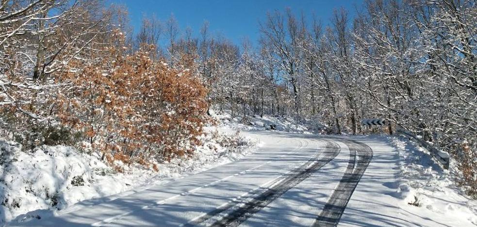 Cuatro carreteras cacereñas cortadas y una pacense en alerta por hielo