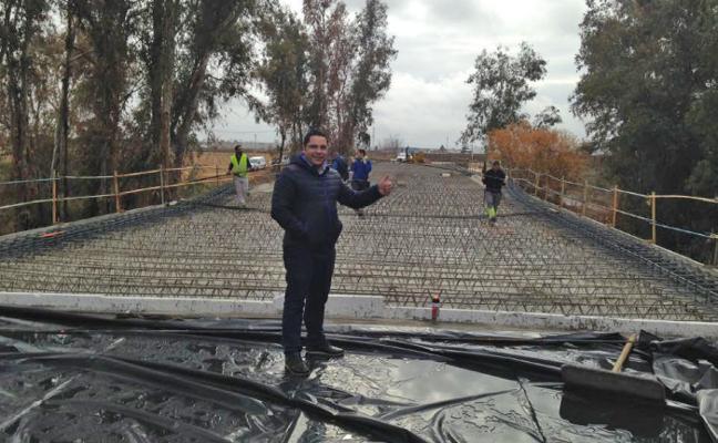 Las obras de la carretera de Zurbarán aceleran tras hormigonarse el puente