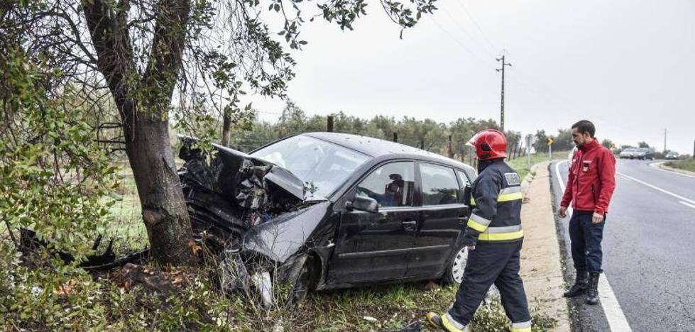 Dos ancianos sufren heridas al chocar con un árbol en la carretera de Campomayor