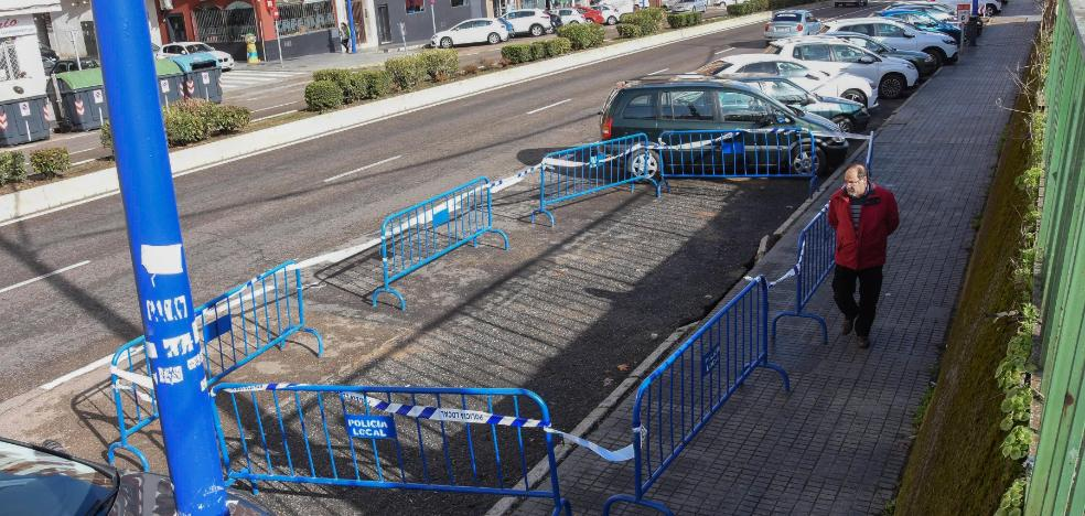 Se hunde parte de la acera y la calzada en autopista en Badajoz