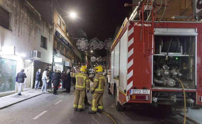El vertido de 3.000 litros de gasoil obliga a cortar Gómez Becerra de Cáceres