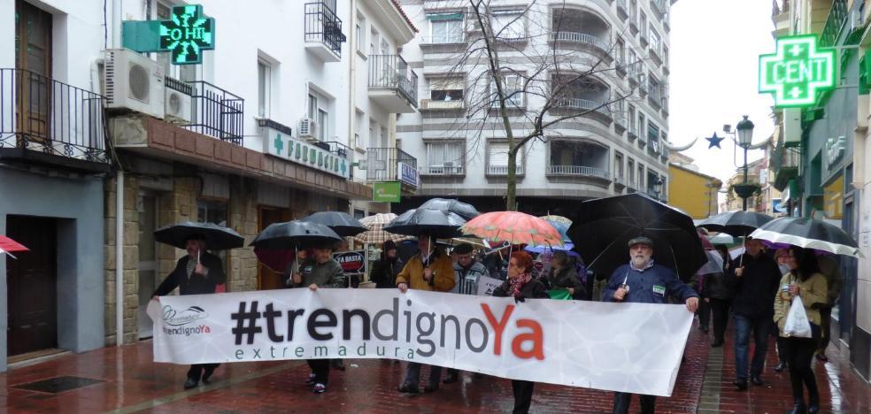 Más de 300 personas se manifiestan para reivindicar un tren digno, a pesar de la lluvia