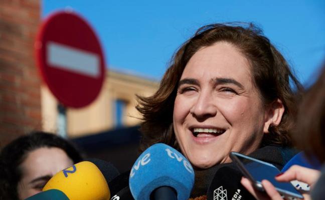 Colau ve «lógico» que quien opte a presidir la Generalitat debe estar en Cataluña
