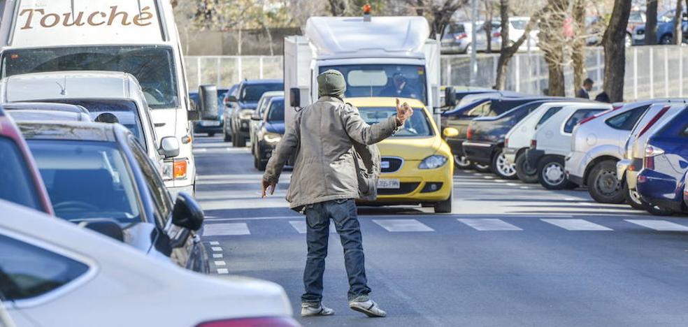 Denuncian a un hombre por utilizar a su hijo como aparcacoches en Badajoz