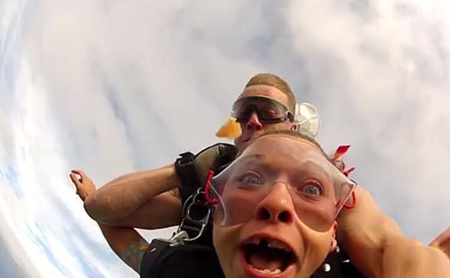 Pierde un diente durante un salto en paracaídas