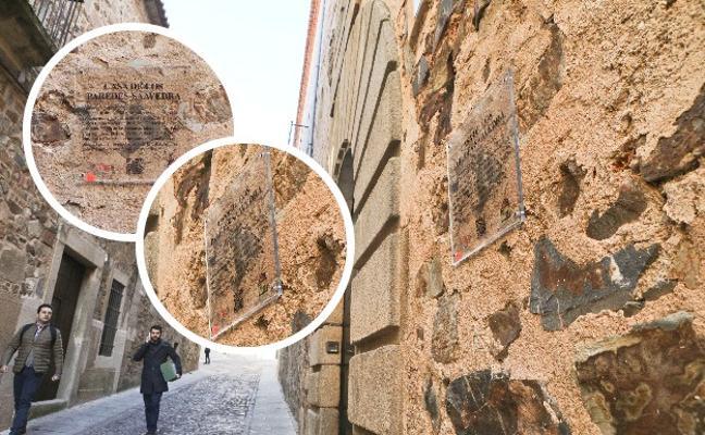 La Ciudad Monumental de Cáceres renueva todas las placas informativas de sus edificios