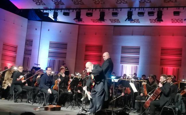 La Orquesta de Extremadura toca con abrigos en Cáceres por el frío en el Palacio de Congresos