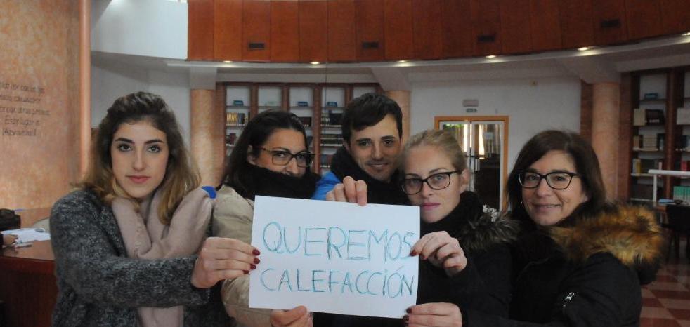 Usuarios de la biblioteca Juan Pablo Forner estudian con abrigos a causa del frío