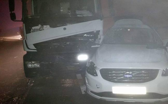Dos heridos en la colisión entre un camión de gas propano y un turismo en Los Santos de Maimona
