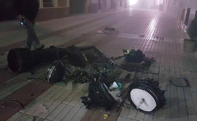 Un vehículo derriba una farola en la calle Templarios de Monesterio