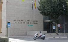 Rebajada la pena a una enfermera cacereña condenada por espiar el historial de su exyerno