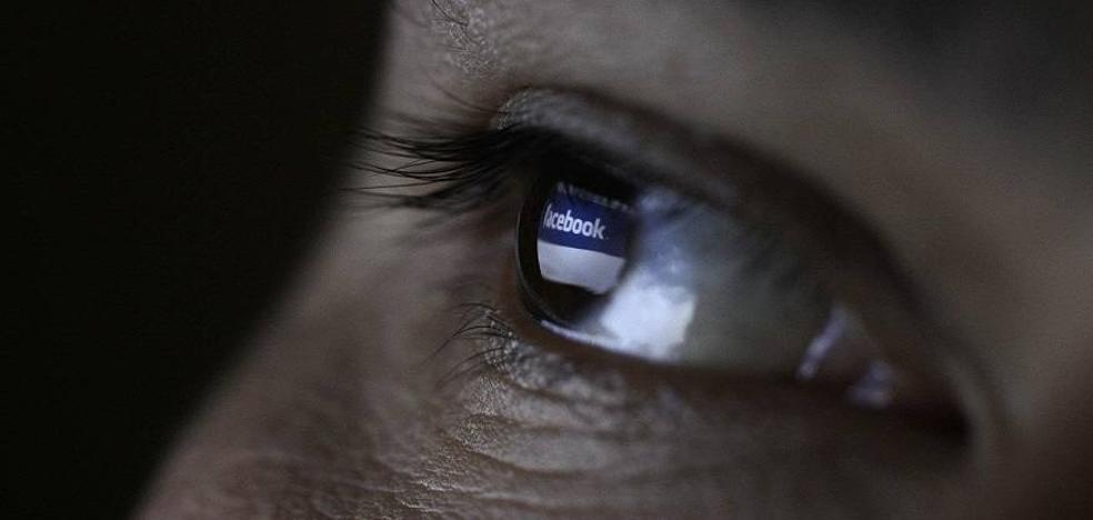 Multan a una madre por subir una foto de su hijo a Facebook