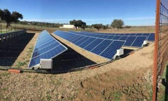 Acaba la instalación de placas fotovoltaicas en la piscifactoría de Casar de Cáceres