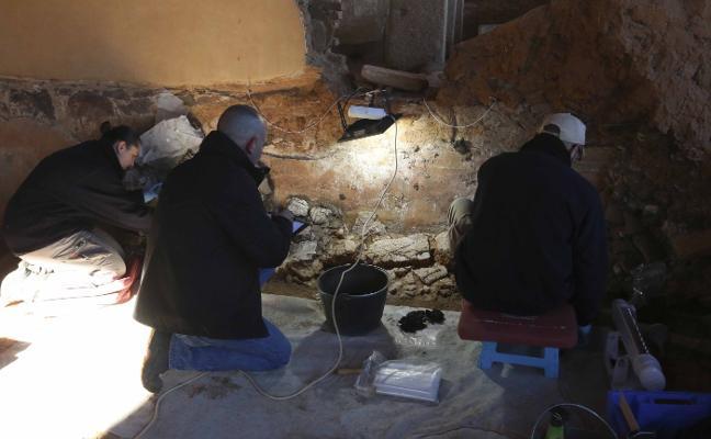 Los trabajos en la Casa de Mitreo sacan a la luz pinturas florales y estucos