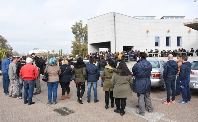 Multitudinaria despedida en Badajoz del niño atropellado cuando iba en un patinete