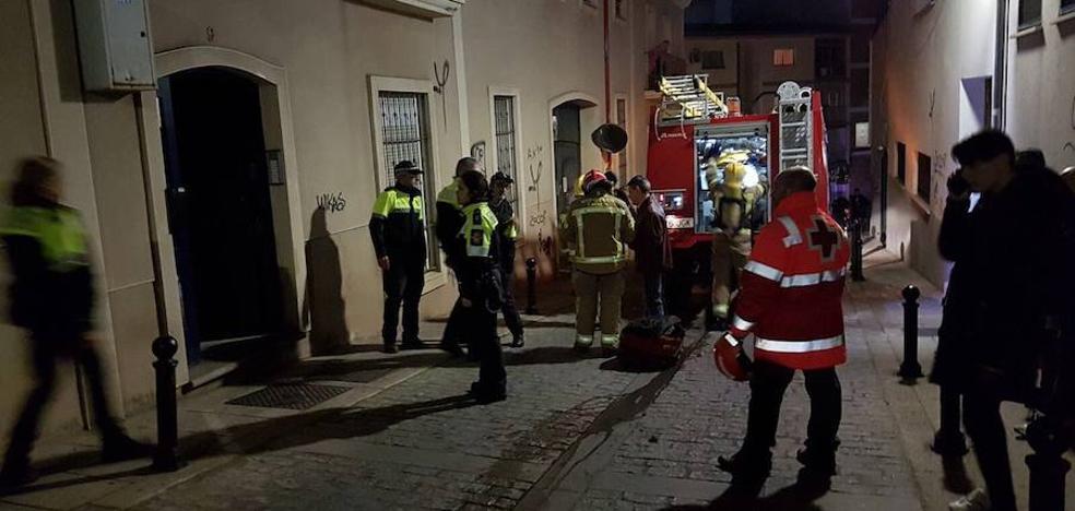 Cinco intoxicados por humo, dos de ellos policías locales, por un incendio en Cáceres