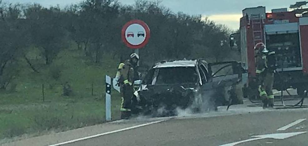 Arde un coche en la carretera de Sevilla, en Badajoz