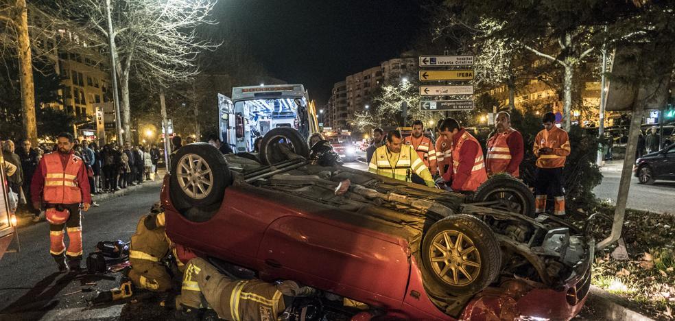 Vuelca un coche en la avenida Damián Téllez Lafuente de Badajoz