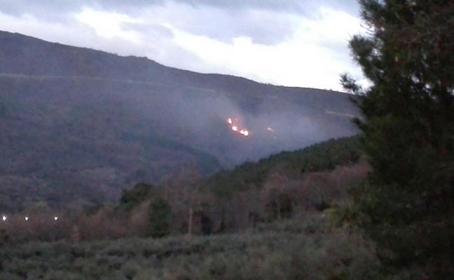 Un incendio, ya extinguido, afecta al paraje 'Almenara' de Gata