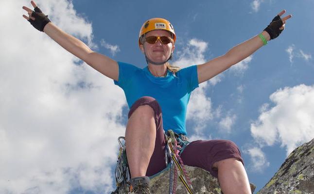 La sierra de Alange acoge el primer encuentro femenino de escaladoras