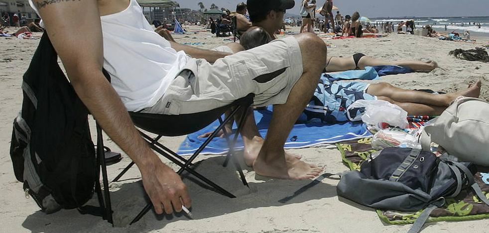 Murcia quiere prohibir fumar en la playa