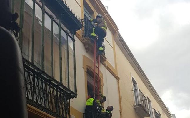 Un bebé, sus padres y un policía, intoxicados por humo en un incendio en Badajoz