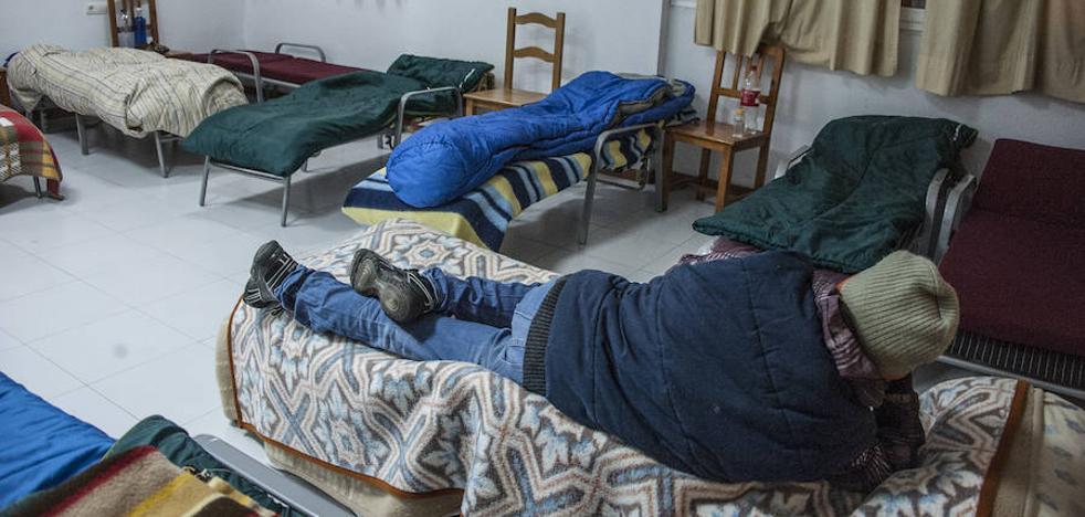 Veinte personas sin hogar se resguardan del frío en el refugio de Bravo Murillo de Badajoz