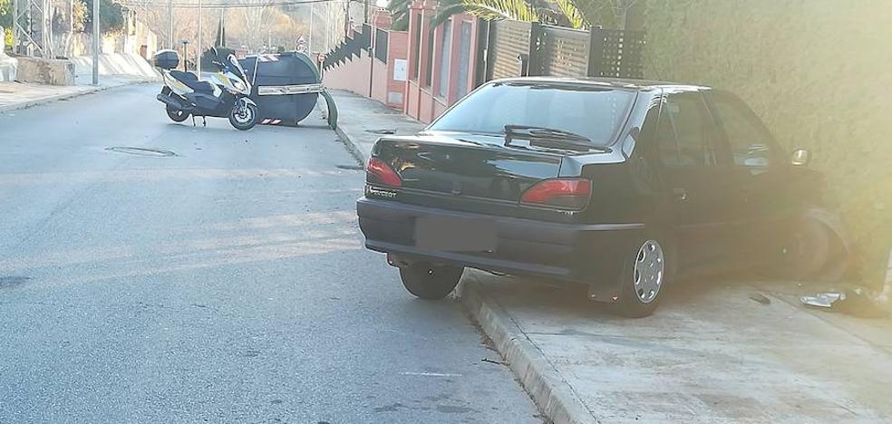 Choca contra un poste telefónico tras colisionar contra un contenedor en Badajoz