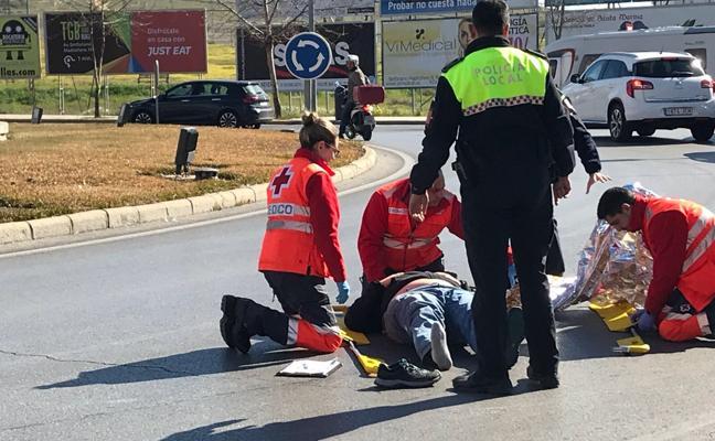 Un motorista de 23 años resulta herido tras una caída en Badajoz