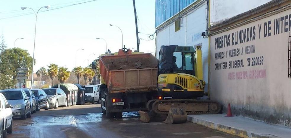 Una nueva avería en la calle Cocotero de Badajoz deja sin agua a los vecinos de la barriada de Llera