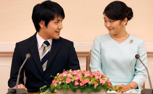 Mako aplaza su boda imperial