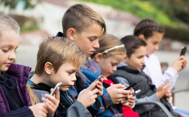Los menores de 12 años pasan más tiempo ante la pantalla que en el cole